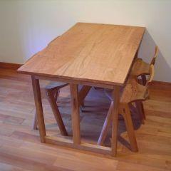 里山のさくら材のテーブル